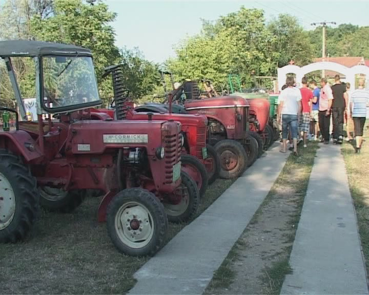 U Đunisu takmičenje traktora oldtajmera (VIDEO)