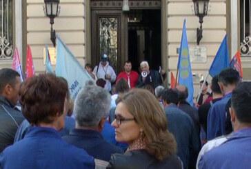 """Protesni skup radnika """"14. oktobra"""" ispred Gradske uprave (VIDEO)"""