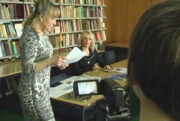 Predstavnici američke ambasade posetili kruševačku Biblioteku (VIDEO)