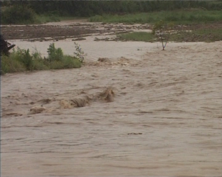 Poplavni talas ugrozio pedesetak domaćinstava u Velikom Šiljegovcu (VIDEO)