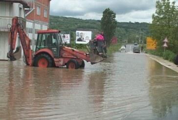 JKP Kruševac sa vojnicima na zaustavljanju poplave na Jasičkom putu (VIDEO)