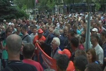 """Radnici """"14. oktobra"""" protestovali ispred zgrade Gradske uprave (VIDEO)"""