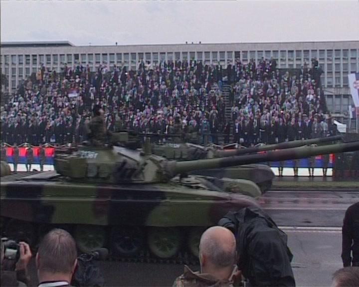 Veliki broj Kruševljana na Vojnoj paradi (VIDEO)
