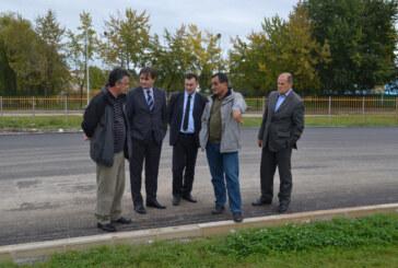 Gradonačelnik Dragi Nestorović i njegov pomoćnik za finansije Miroljub Ćosić obišli završne radove na asfaltiranju atletske staze