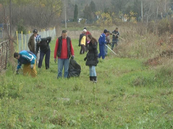Javni radovi na uredjenju zelenih površina u Lazarici (VIDEO)