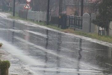 Kiša izazvala izlivanje seoskih reka i kanala (VIDEO)
