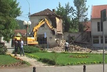 U Brusu rušenje starih ruiniranim zgrada koje su narušavale izgled centra