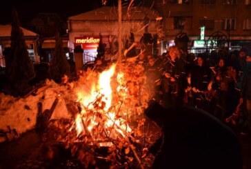 Osveštavanje i paljenje badnjaka ispred Hrama Svetog Đorđa