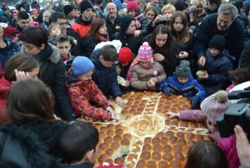 Lomljenje Božićne česnice na Trgu kosovskih junaka