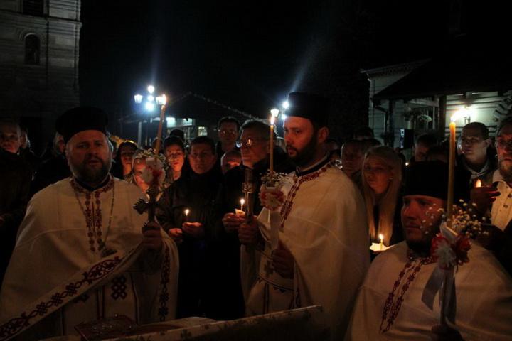 Na Vaskrs – svečano i radosno u kruševačkim crkvama i domovima, dočekan Blagodatni oganj