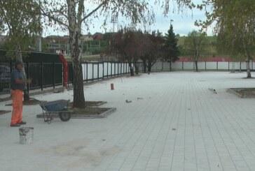 Radovi na popločavanju prostora između otvorenih i zatvorenih bazena