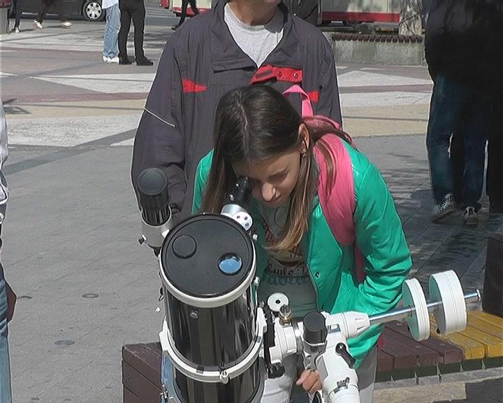 EUREKA na Trgu: Kruševljani posmatrali Sunce teleskopom