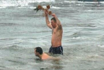 Pobednik u plivanju za časni bogojavljenski krst u Beloj Vodi Milan Vasković, na startu 91 plivač