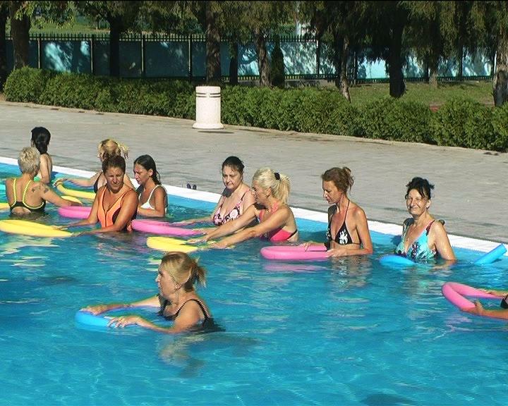 Vežbe aerobika u vodi na kruševačkim otvorenim bazenima