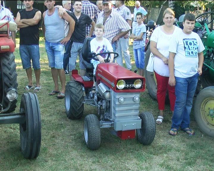 U Đunisu održana jubilarna izložba traktora old tajmera, motora i automobila
