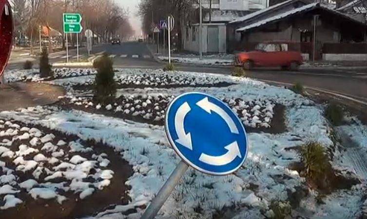 Na kružnom toku kod kasarne Car Lazar nepoznati počinilac oštetio zelenu površinu i oborio saobraćajni znak