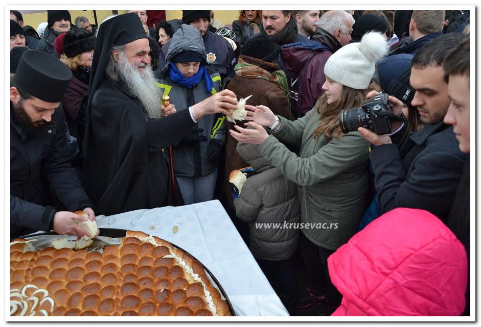 Tradicinalno lomljenje Božićne česnice, u Sabornoj crkvi Sveti Đorđe u Kruševcu
