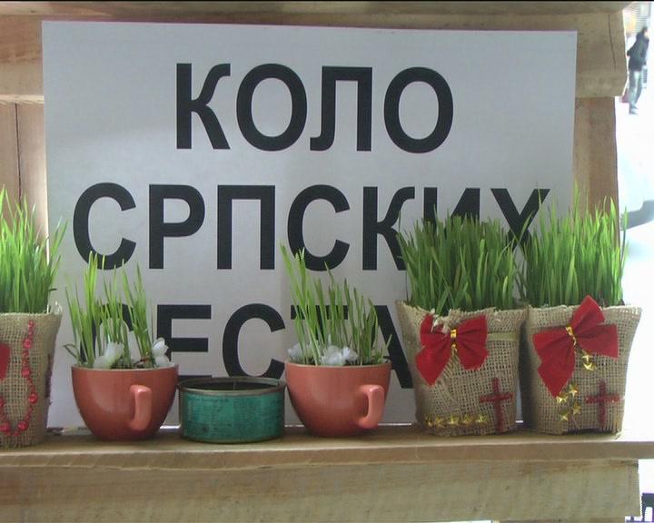 Članice Kola srpskih sestara organizovale prodaju badnjaka ispred Kruševačkog pozorišta
