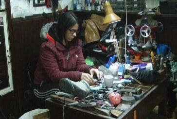 Priznanje Jeleni Veljković, zvanično jedinoj ženi koja se u Kruševcu bavi obućarskim zanatom