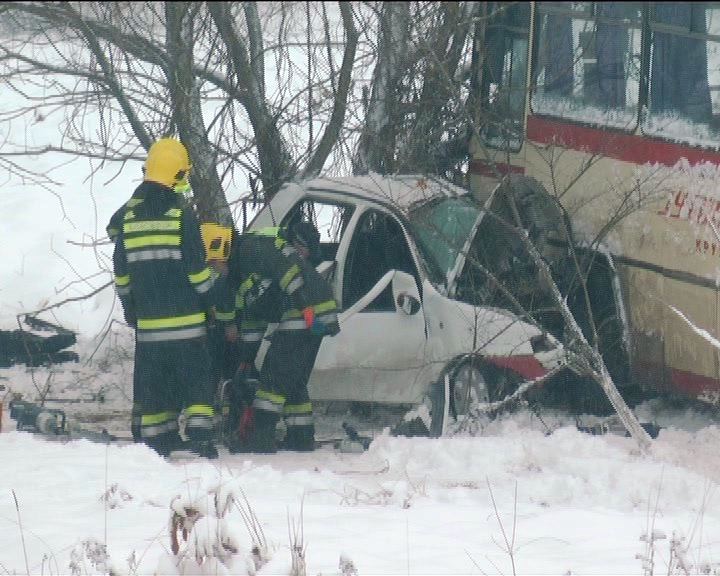 """Sudar autobusa i """"fijata"""" na Čokotinom brdu – jedna osoba poginula, žena hitno porođena"""