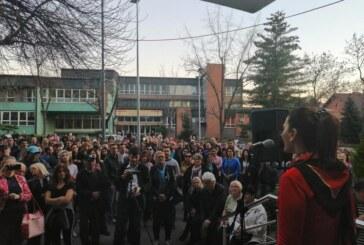 Okupljeni ispred prostorija Srpske napredne stranke u Kruševcu izrazili podršku predsedniku Aleksandru Vučiću
