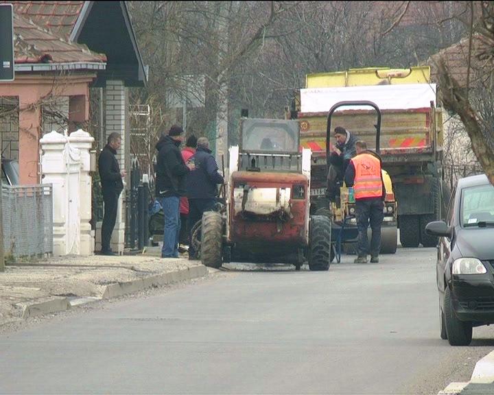 U okviru sanacije lokalnog puta kroz Veliko Golovode urađeni i trotoari u ulici gde se nalazi škola
