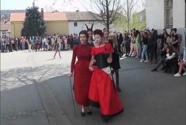 Gimnazijalci tradicionalno maskenbalom obeležili prvi april