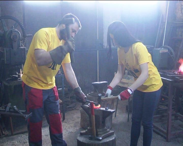 Brat i sestra, Katarina i Konstantin Živković iz Veluća, uspešno prave razne predmete od kovanog gvožđa