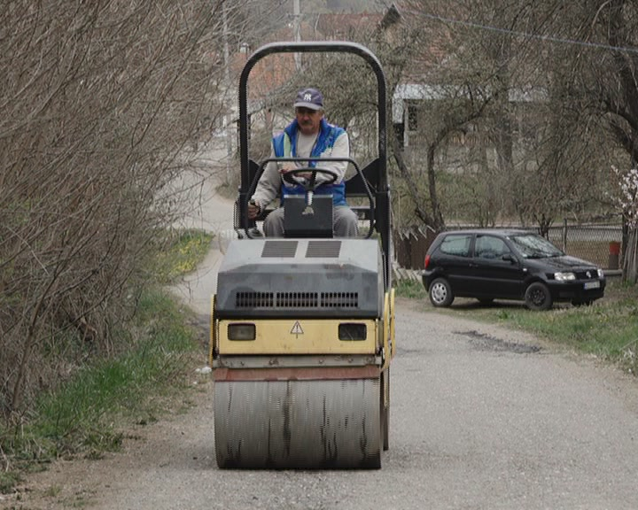 Opština Varvarin: Radovi na popunjavanju udarnih rupa i uređenju seoskih i poljskih puteva