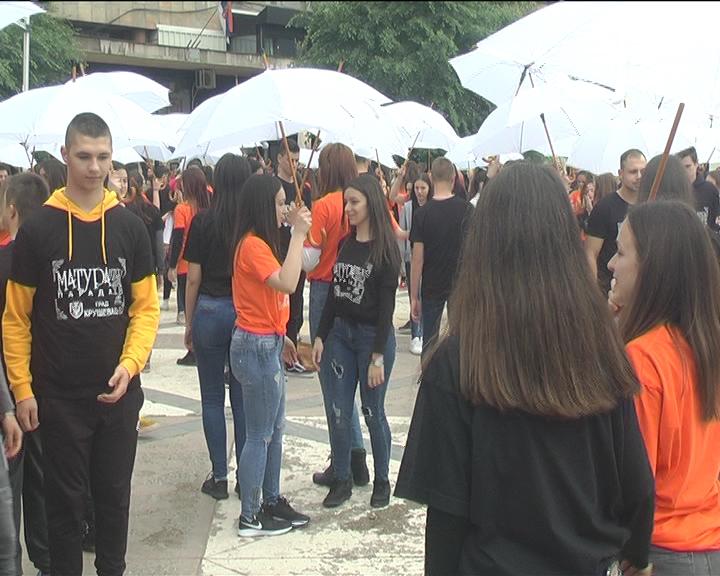 Kruševački maturanti i ove godine plesali na Trgu kosovskih junaka