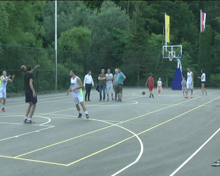 Egzibicioni meč na renoviranom košarkaškom terenu na Jastrepcu