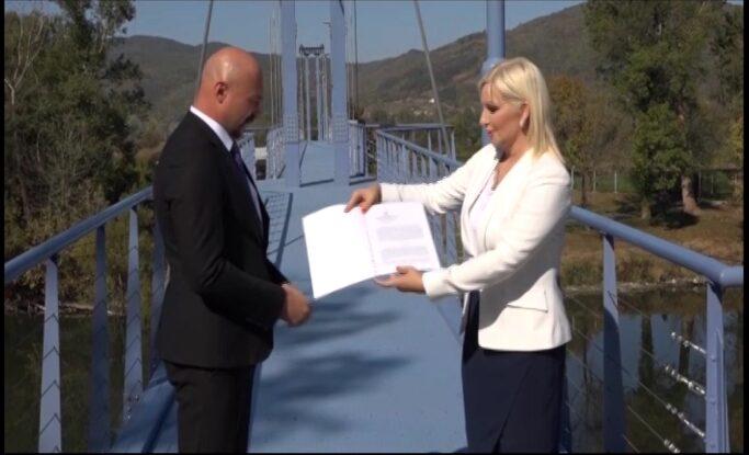 Ministarka Zorana Mihajlović uručila upotrebnu dozvolu za novi viseći most u Trsteniku