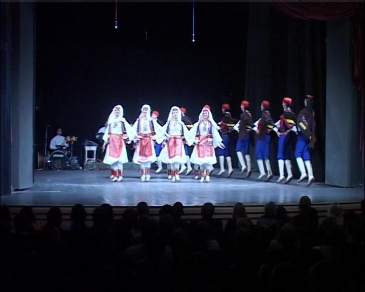 """Folklorni ansambl kruševačkog KUD-a """"14. oktobar"""" po povratku iz Švedske"""