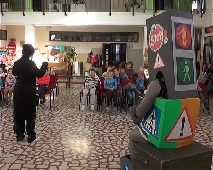 """Savet za bezbednost saobraćaja grada Kruševca i Kruševačko pozorište – """"Semaforko"""" za učenike prvog razreda osnovnih škola"""