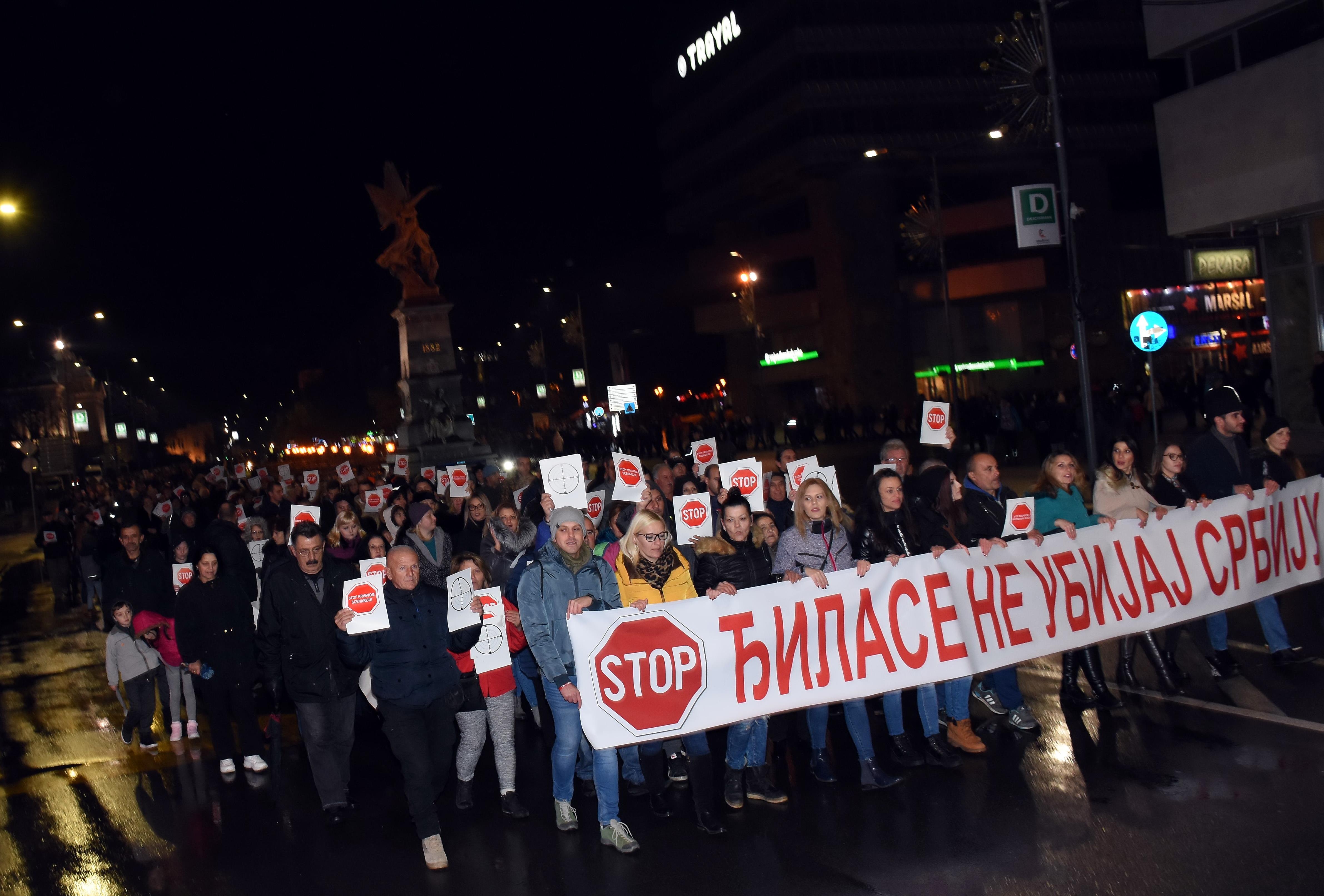 Građani Kruševca se spontano organizovali u znak protesta zbog naslovnih strana na kojima je predsednik Vučić prikazan kao meta