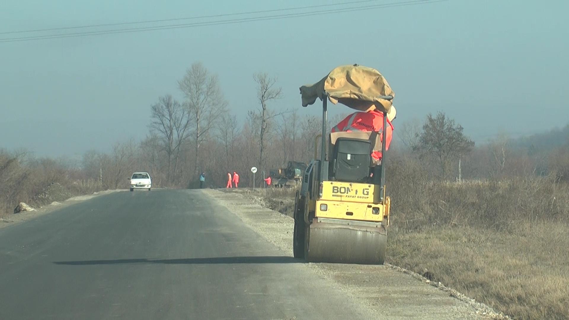Na regionalnom putu prema Jastrepcu rade se bankine sa obe strane kolovoza