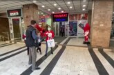 """GEST SOLIDARNOSTI vlasnika kineske robne kuće """"Jumart"""" u Kruševcu:Zaštitne maske na poklon prolaznicima (VIDEO)"""
