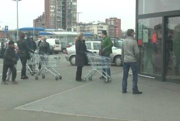 Danas su i stariji i mlađi Kruševljani kupovali zalihe namirnica