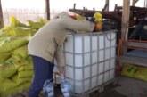 Na Gradskom bazenu u Trsteniku radnici Sportskog centra rade na podeli dezinfekcionog sredstva