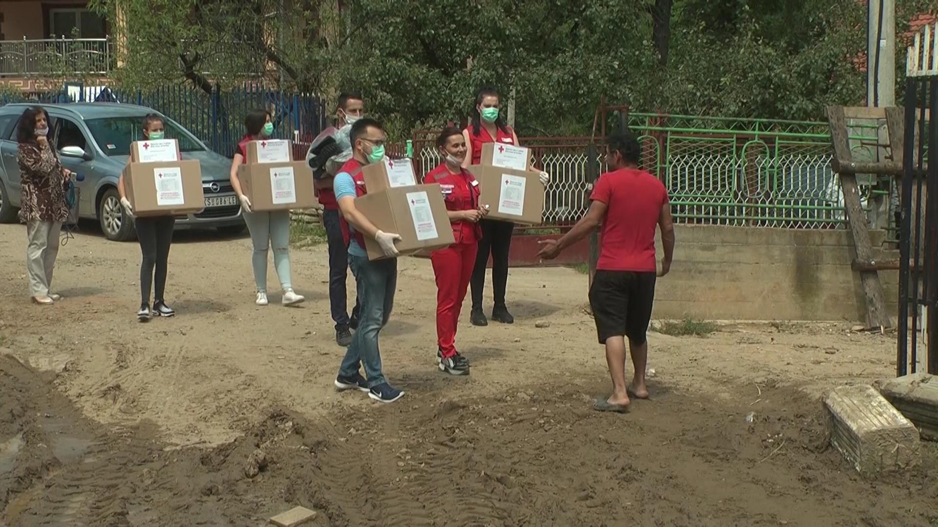 Volonteri Crvenog krsta uručili pakete pomoći porodicama u osam sela koja su poplavljena