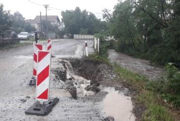 U Kobilju izgradnja mosta obustavljena zbog vodostaja, u Dvoranuu manjem obimu poplavljene oranice, u Lomnici voda je odnela deo puta prema Jasterepcu