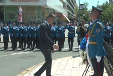 Tradicionalno polaganje cveća pored Spomenika kosovskim junacima, prethodila litija