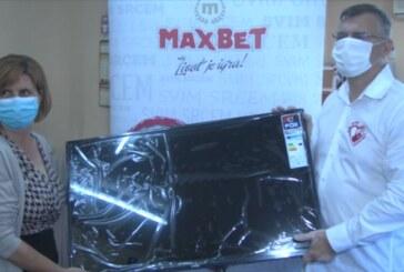 Kompanija MaxBet donirala TV prijemnik Međuopštinskoj organizaciji Saveza slepih i slabovidih