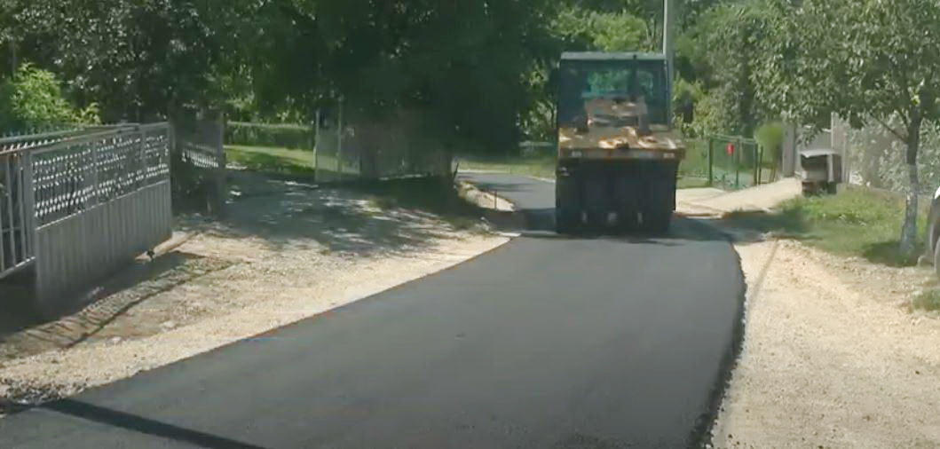 U Mesnoj zajednici Donji Stepoš u Lipovcu u toku asfaltiranje glavne seoske ulice