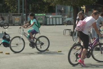U OŠ Vuk Karadžić učenici vožnjom bicikla i trotineta skrenuli pažnju na zdrav način života