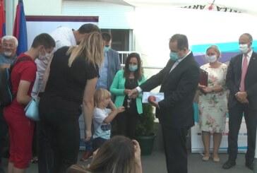 Ključevi stanova u Ulici Dostojevskog u Kruševcu uručeni izbegličkim porodicama iz Bosne i Hercegovine i Hrvatske
