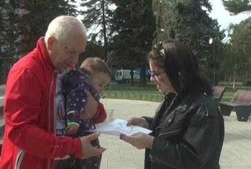 """Članovi Udruženja """"Bukvart""""u okviru Dečije nedelje poklanjali na Kosturnici crteže"""