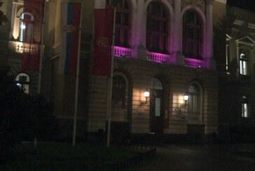 Ljubičasto svetlo iznad ulaza u Gradsku upravu Kruševac – povodom Svetskog dana prevremeno rođene dece