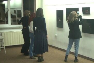 "U foajeu Kruševačkog pozorišta izložba fotografija pod nazivom ""TU MAČ"""