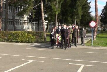 Dan primirja u Kruševcu obeležen polaganjem cveća kraj spomen obeležja u kasarni Car Lazar